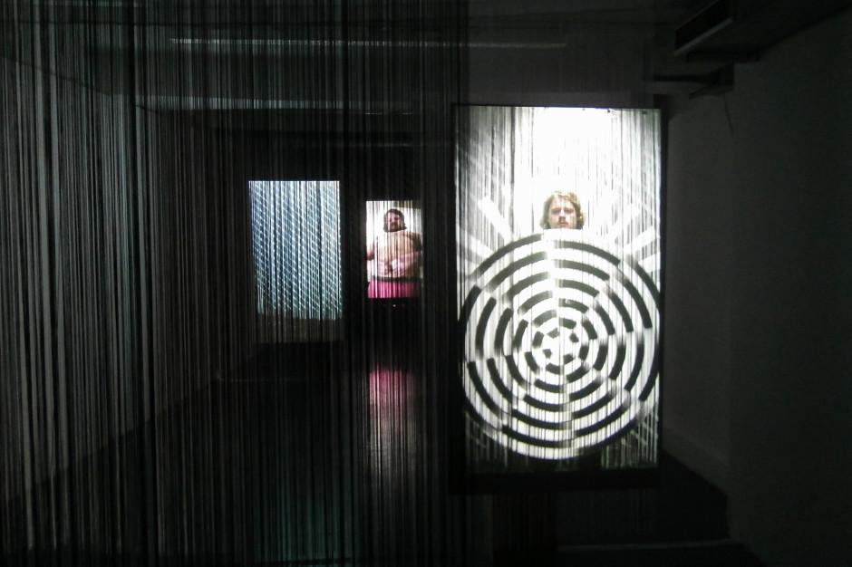 """Ausstellungsansicht: """"Die Erfindung der Wahrheit"""" 3-Kanal HD-Videoinstallation, 3,22min, 2013"""